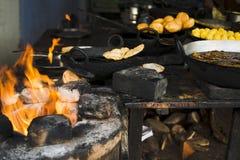 Snäcke und Bonbons, die an einem Speicher gekocht werden, Pushkar, Stockfotos