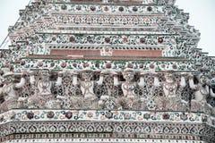 Snäckskal och bitar av den dekorativa tegelplattamodellen för porslin på huvudsaklig Prang ofWat Arun Ratchawararam Ratworamahawi Royaltyfria Bilder