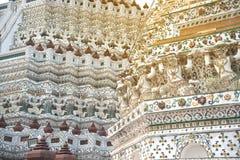 Snäckskal och bitar av den dekorativa tegelplattamodellen för porslin på huvudsaklig Prang ofWat Arun Ratchawararam Ratworamahawi Fotografering för Bildbyråer