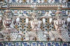 Snäckskal och bitar av den dekorativa tegelplattamodellen för porslin på huvudsaklig Prang ofWat Arun Ratchawararam Ratworamahawi Arkivfoton