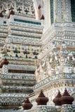 Snäckskal och bitar av den dekorativa tegelplattamodellen för porslin på huvudsaklig Prang ofWat Arun Ratchawararam Ratworamahawi Arkivbild