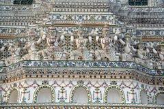 Snäckskal och bitar av den dekorativa tegelplattamodellen för porslin på huvudsaklig Prang ofWat Arun Ratchawararam Ratworamahawi Royaltyfri Foto