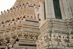 Snäckskal och bitar av den dekorativa tegelplattamodellen för porslin på huvudsaklig Prang ofWat Arun Ratchawararam Ratworamahawi Arkivbilder