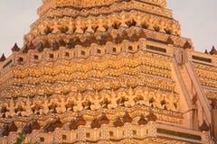 Snäckskal och bitar av den dekorativa tegelplattamodellen för porslin på huvudsaklig Prang ofWat Arun Ratchawararam Ratworamahawi Royaltyfri Fotografi