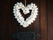 Snäckskalhjärta på det romantiska hantverket för dörr Fotografering för Bildbyråer