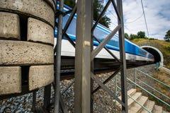 Snälltåg som passerar till och med en tunnel på en älskvärd sommardag Arkivbild