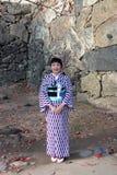 Snällt och angenämt av receptionist i kimonoklänning på lila- och vitfärg på den Himeji slotten royaltyfri fotografi