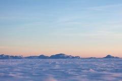 Snööken och blåttvinterhimmel Berg på horisonten Arkivfoto