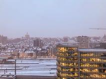 Snö över affärsområdet av staden arkivbilder
