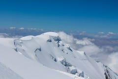 Snö av bergglaciären i Himalaya toppmötestigning royaltyfria bilder
