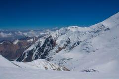 Snö av bergglaciären i Himalaya toppmötestigning royaltyfri fotografi
