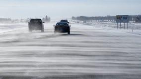 Snö blåst huvudväg med trafik Arkivfoton