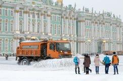 Snö-borttagning medel på gatorna arkivfoto