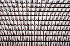 Snö dammat av rött belagt med tegel tak royaltyfri bild