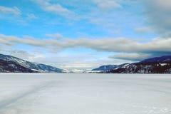 Snö dold sjö och berg Royaltyfri Fotografi
