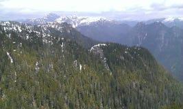 Snö dolda Mountians arkivfoto