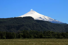 Snö dolda Volcano Villarica, Chile royaltyfri bild