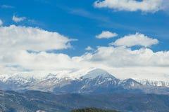 Snö för bergmaximumet fördunklar blå himmel, den epirusIoannina Grekland Mitsikeli ärtan arkivbild