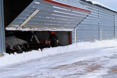 Snö för dörr för hangar för manöppningsflygplats Royaltyfria Foton