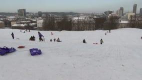 Snö för folkpulkakulle stock video