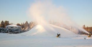 Snö för snökanondanande på skidar semesterorten Royaltyfri Fotografi