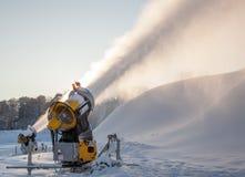 Snö för snökanondanande på skidar semesterorten Arkivbilder