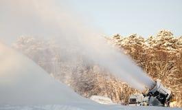 Snö för snökanondanande på skidar semesterorten Arkivbild