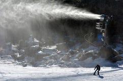 Snö för snövapenSnowmaker kast över en snowboarder i Whakapapa skifield Royaltyfria Foton