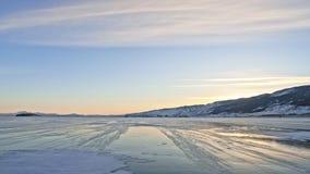 Snö flyger över yttersida av is Snöflingafluga på is av Lake Baikal Is är mycket härlig med ovanligt unikt arkivfilmer
