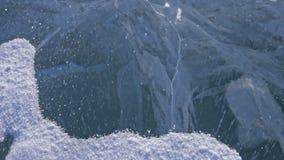 Snö flyger över yttersida av is Snöflingafluga på is av Lake Baikal Is är mycket härlig med ovanligt unikt stock video