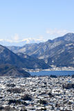 Snö korkad Mt Mitsutouge utöver sjön Kawaguchiko royaltyfri foto