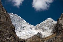 Snö-korkade Huascaran Arkivfoton