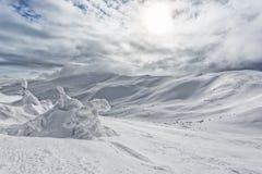 Snö-korkade maxima av berg Arkivbild