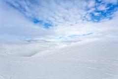 Snö-korkade maxima av berg Arkivfoto