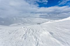 Snö-korkade maxima av berg Arkivbilder