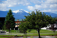 Snö-korkat berg i Missoula MT arkivbild
