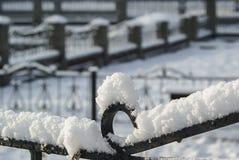 Snö mönstras överst av staketet Arkivbilder