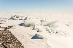 Snö is, mindre kulle på snö-täckt is av sjön. En naturlig winte Fotografering för Bildbyråer