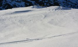 Snö och berget i vinter royaltyfri fotografi