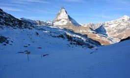 Snö och berget i vinter royaltyfri bild