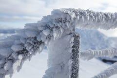 Snö och den is täckte trappan fäktar att illustrera extrem förkylning fotografering för bildbyråer