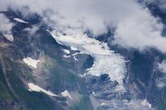 Snö och glaciär i alpina berg Arkivfoton