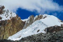 Snö och glaciar i bergen Royaltyfria Bilder