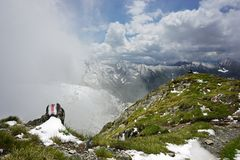 Snö och gräs på maximum av Fagaras berg royaltyfri fotografi