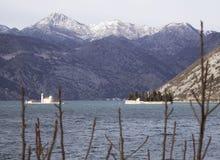 Snö och hav i fjärd av kotor i Montenegro Royaltyfri Bild