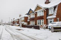 Snö och is i vinter på en stads- stadsväg Royaltyfri Bild