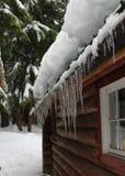 Snö- och isför mycket på kabintaket Arkivbild