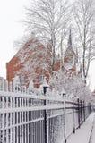 Snö och kyrka Arkivbild