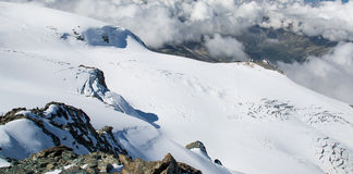 Snö och moln i de schweiziska fjällängarna Royaltyfri Fotografi