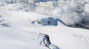 Snö och moln i de schweiziska fjällängarna Arkivbilder